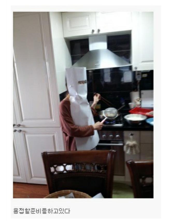 여동생이 튀김요리를 하고있다.jpg